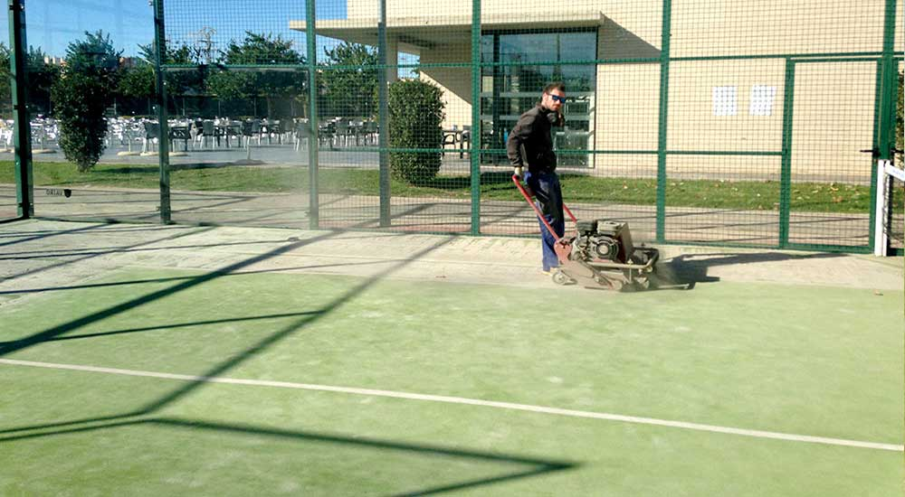 mantenimiento cesped artificial padel